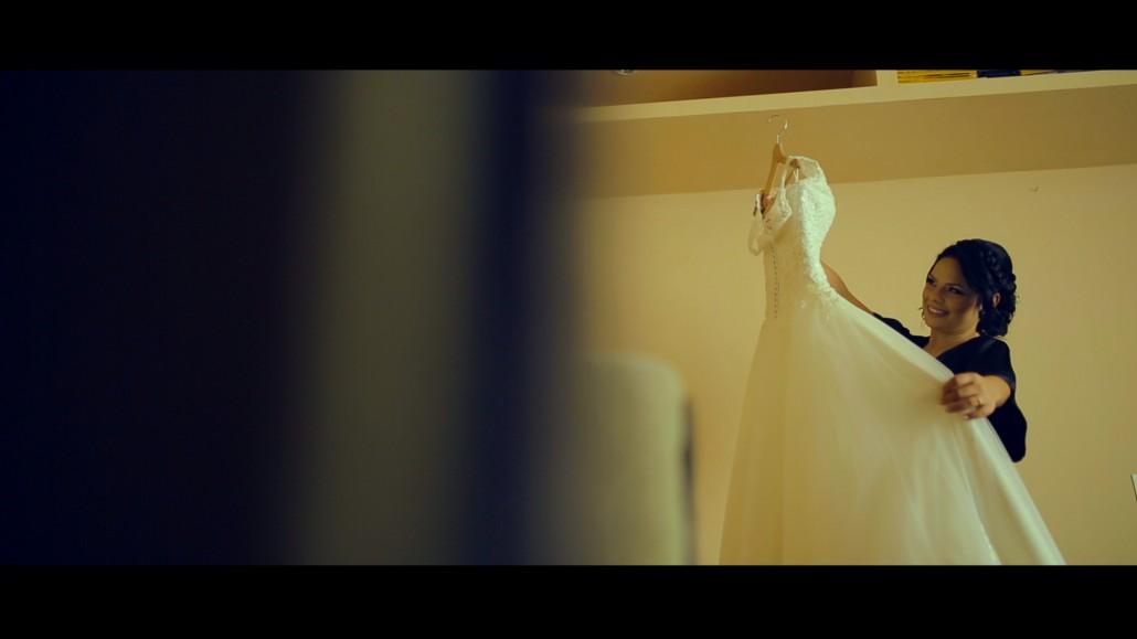 Rochia de mireasa vazuta pentru prima data de mireasa, filmata de cameraman