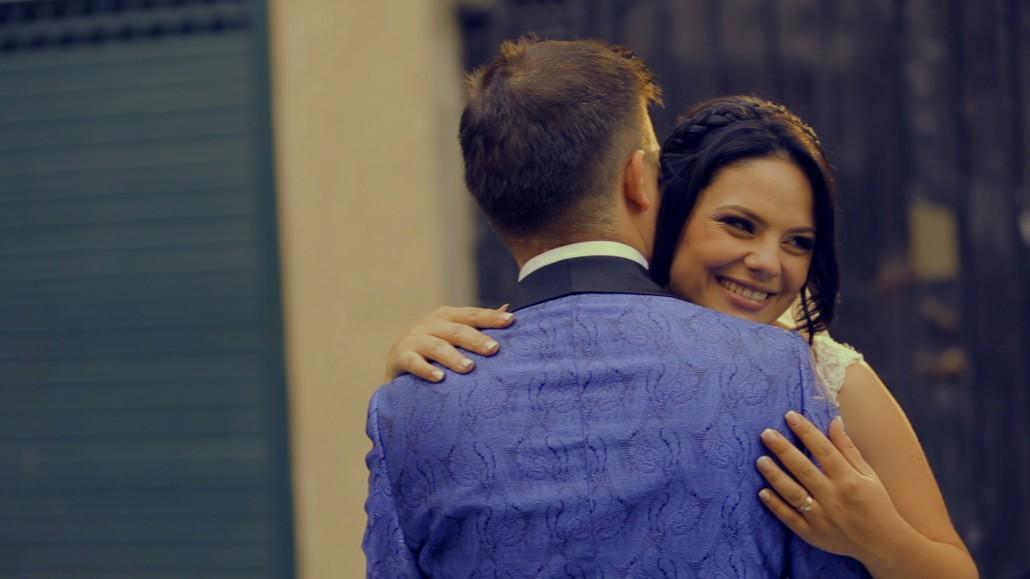 cuplu vesel filmat de cameraman nunta