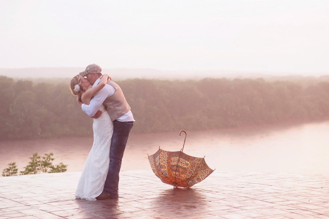 Fotografii artistice de nunta facute in ploaie