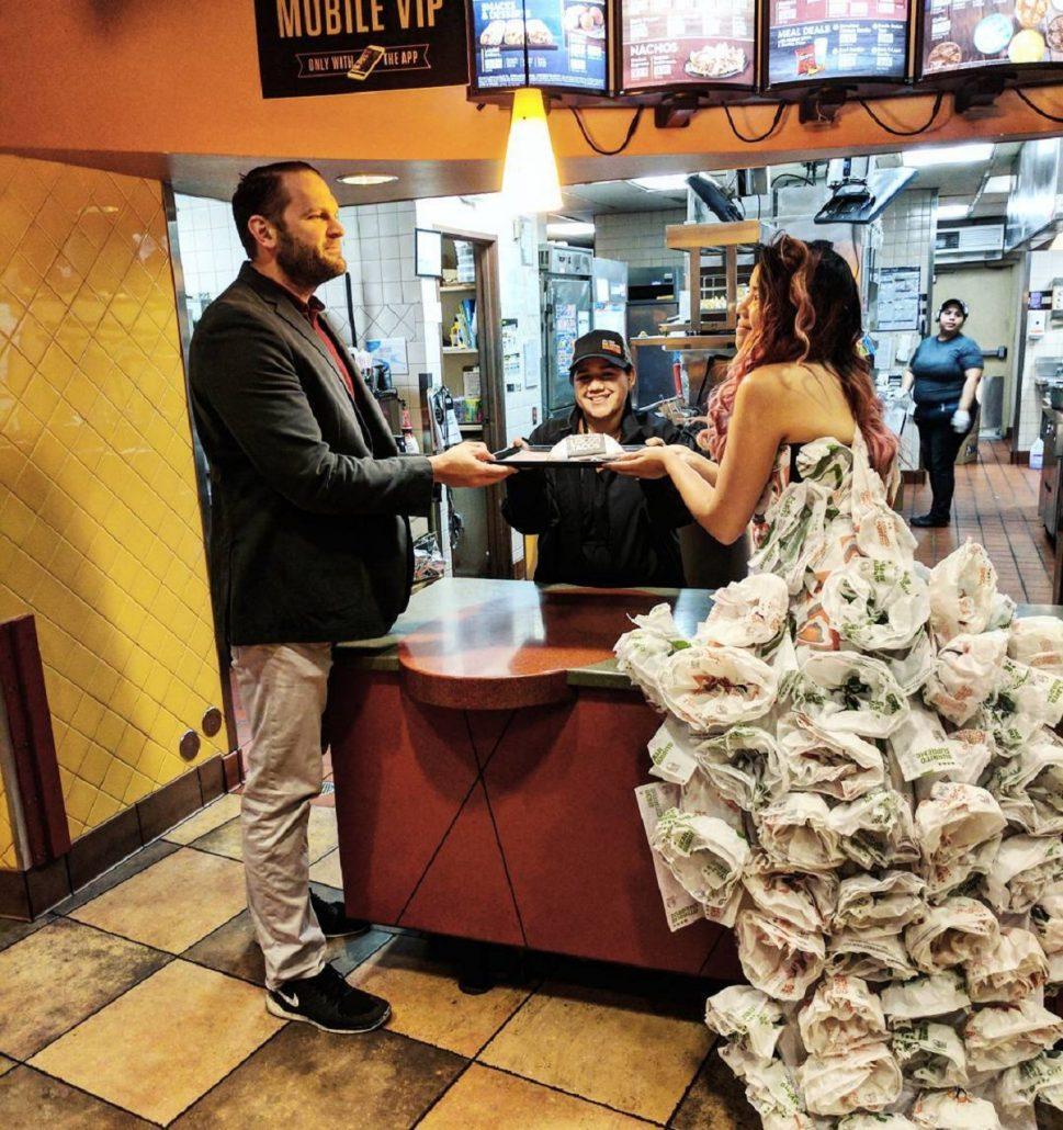 Rochia de mireasa facuta din ambalaje de taco
