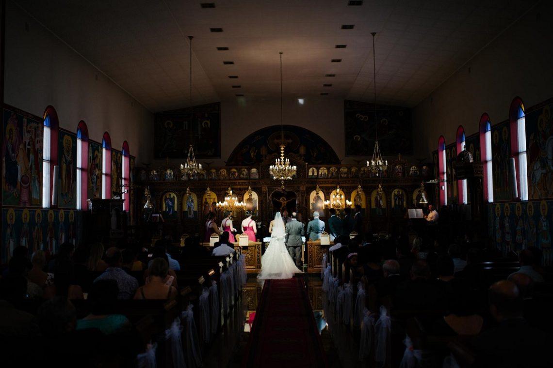 De ce saruta mirii mana nasilor si mana preotului in timpul cununiei religioase?