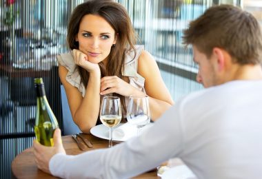 5 lucruri pe care sa nu le faci la prima intalnire