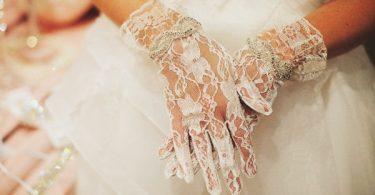 Purtarea manusilor de mireasa în ziua nuntii