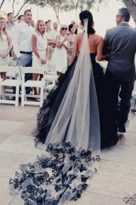 Cand visezi o fata în rochie neagra de mireasa