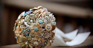 Buchetul de mireasa tip bijuterie realizat din brose