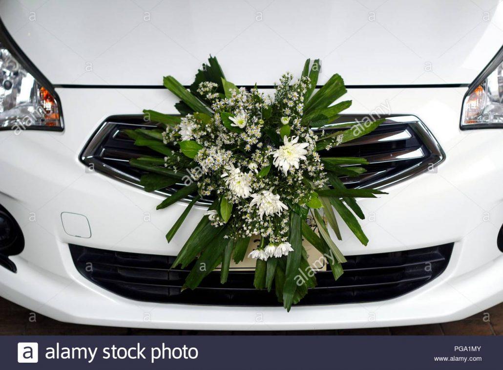 Decorarea masinii de nunta cu arc de flori pe capota