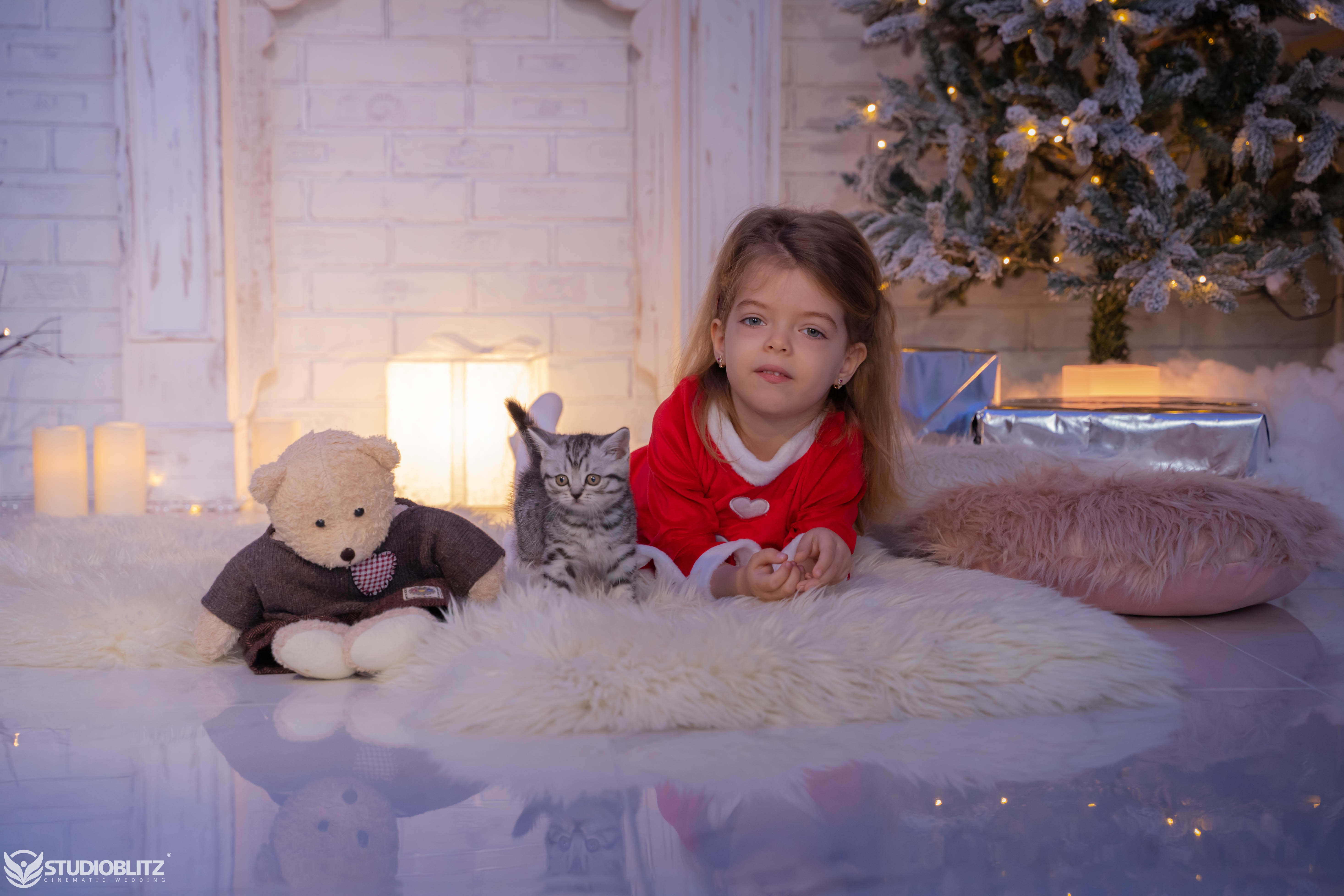 Sedinta foto de Craciun. Copil fericit, pisica rasfatata